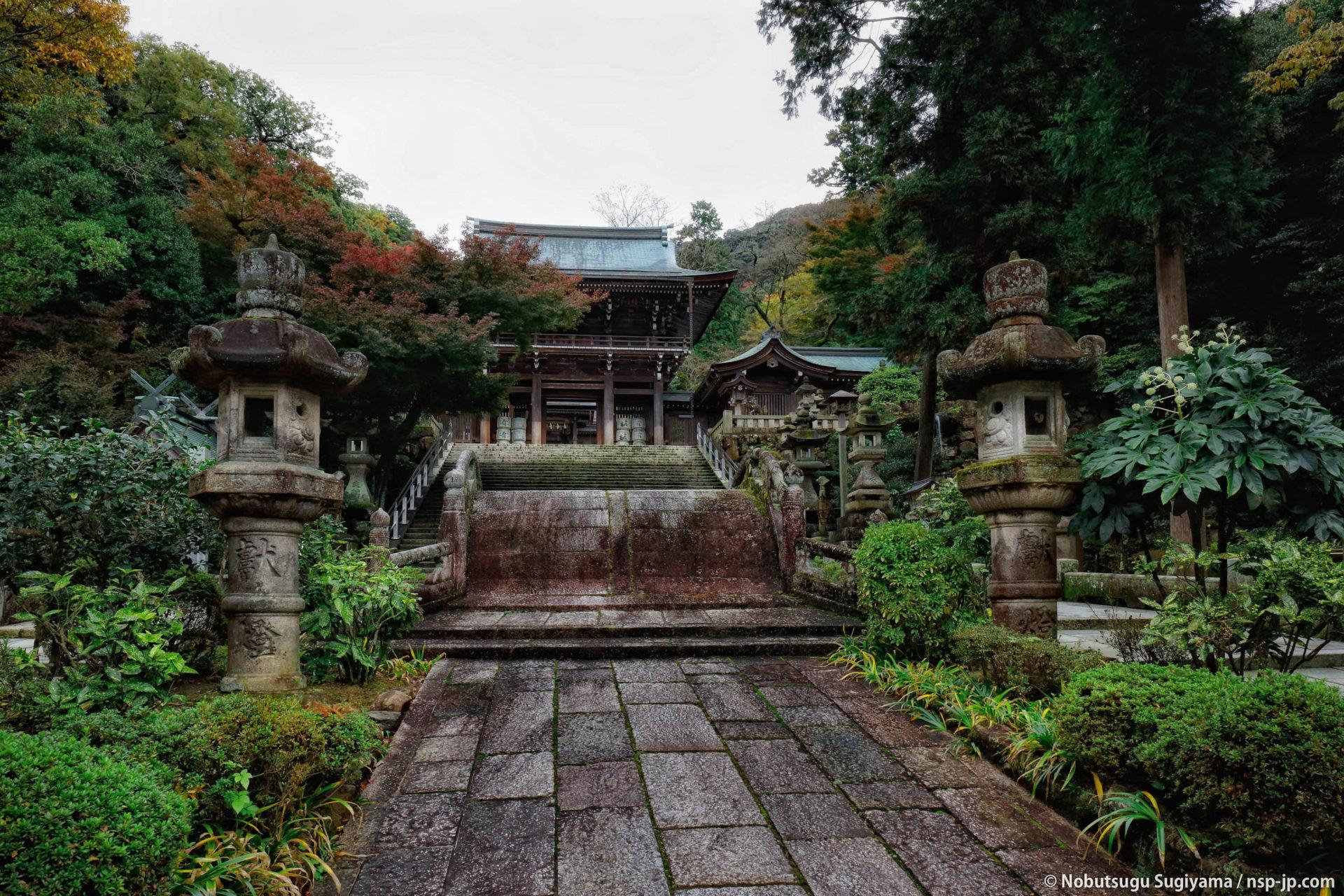 伊奈波神社-神橋から楼門を望む | 岐阜 故郷巡礼 by 杉山宣嗣
